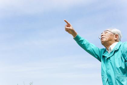 空を指さす日本人シニア