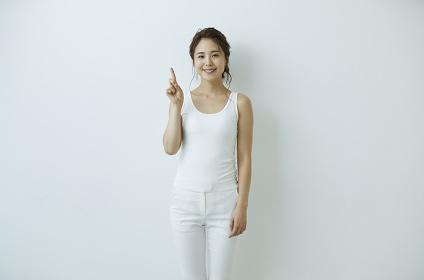 指差しをする日本人女性