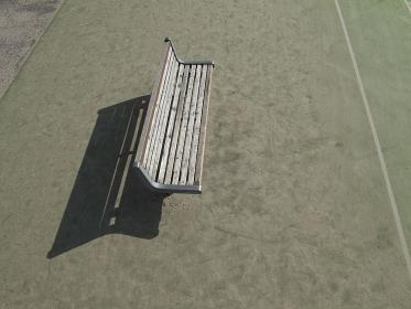 テニスコートの木製のベンチ