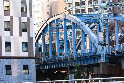 横浜、桜木町駅近くの橋と電車