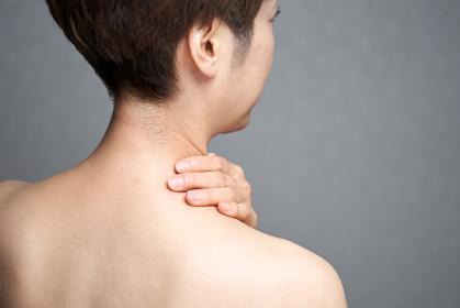 肩こりに悩む中年の日本人女性