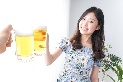 乾杯をする女性