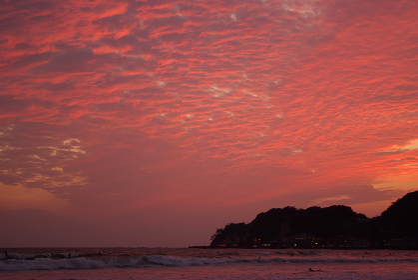 ひつじ雲の夕焼けが美しい材木座海岸の夕景