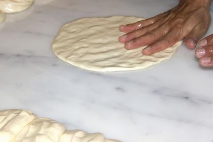 パン生地をこねるパン職人の手