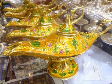 金色のアラビアンなデザインランプが複数並んだ様子