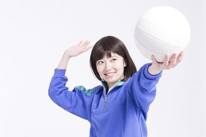バレーボールを持つ女子高校生