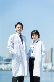 自信に満ちた表情の男女の医者
