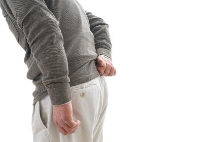 腰痛に苦しむシニア男性