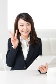 タブレットコンピュータを見る女性 ビジネス
