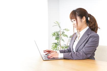 パソコンとビジネスウーマン