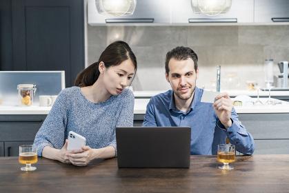 オンラインショッピングをする若い男女