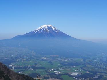 雲がかかった富士山