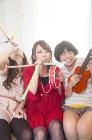 楽器を盛って騒ぐ女性3人