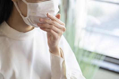 マスクをしている若い女性の顔のアップ