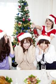 クリスマスパーティーをする女性達