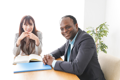 オフィスで会議をする2人のビジネスパーソン