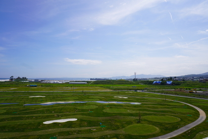 震災遺構の屋上から見る復興工事後の風景、気仙沼市波路上地区