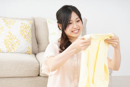 洗濯物をたたむ若い女性