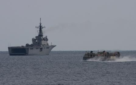 輸送艦「くにさき」へ帰投するLCAC(2010年徳島県津波防災訓練)