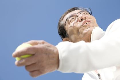 テニスボールを持っている男性