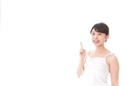指をさす若い女性