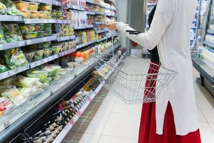 スーパーでショッピングをする女性