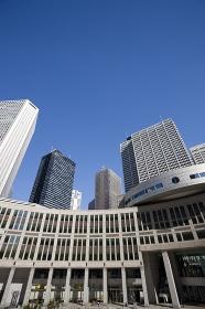 都議会時事と高層ビル街