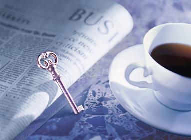 鍵と新聞とコーヒー