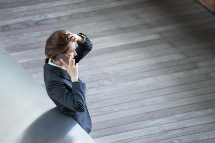 ビジネスイメージ・電話をする女性(ハイアングル)