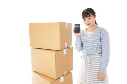 引っ越しをする若い女性