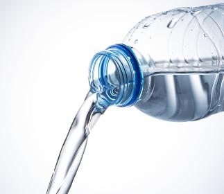 ペットボトルの水を注ぐ