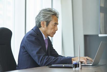 ノートパソコンを使う日本人エグゼクティブ