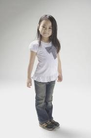 6歳のジーパンをはいて微笑む女の子
