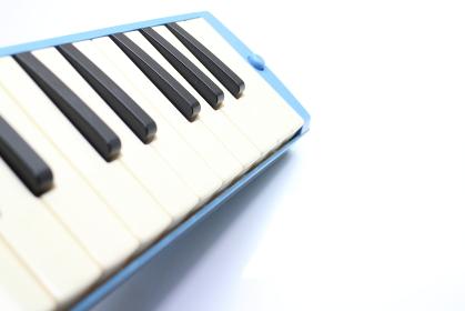 左から伸びる鍵盤ハーモニカ