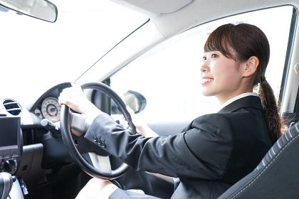 車を運転するビジネスウーマン