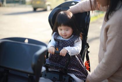 自転車に子供を乗せる母親