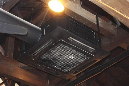 天井の吊り下げ型エアコン