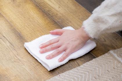 【日本】雑巾がけする女性【2020】