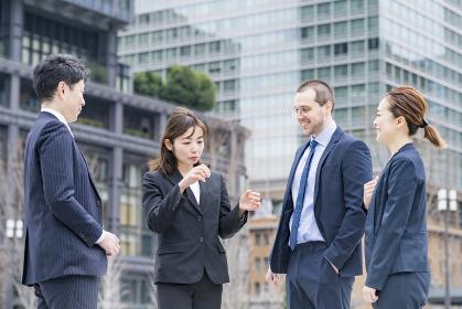 屋外で会話するビジネスチーム