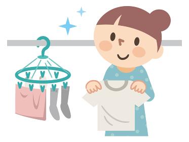 洗濯物を干す若い女性
