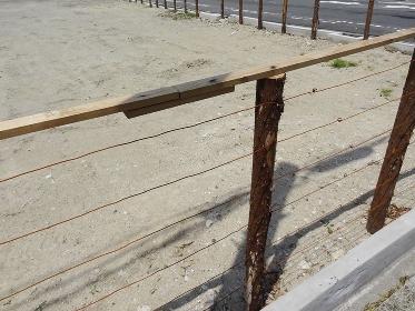 空き地の木製の柵