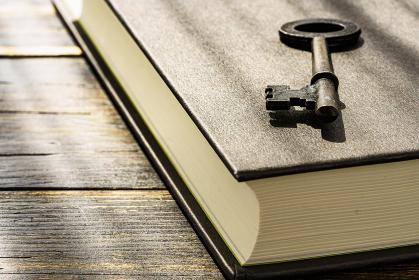 古い鍵とハードカバーの本