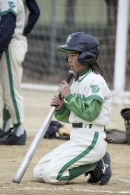 打順を待つ野球少女