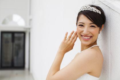 結婚指輪を見せる新婦