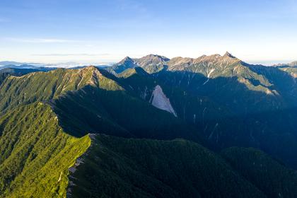 朝日を浴びる北アルプスの表銀座縦走路の稜線