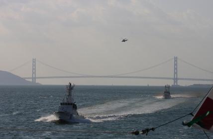 明石海峡大橋をバックに巡視艇の航走(2009年体験航海イベントでの撮影です)