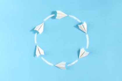 円を描きながら飛んでいる紙飛行機 1
