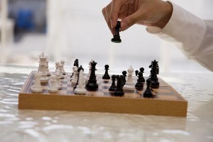 チェスをする男性の手元