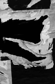 黒灰色のしわくちゃな紙の背景。剥がされた紙。古くて汚れた紙のテクスチャ。黒いテキストスペース。