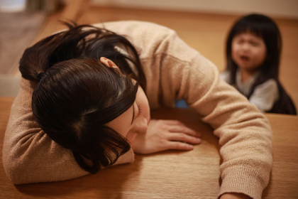 育児に疲れ居眠りする母親